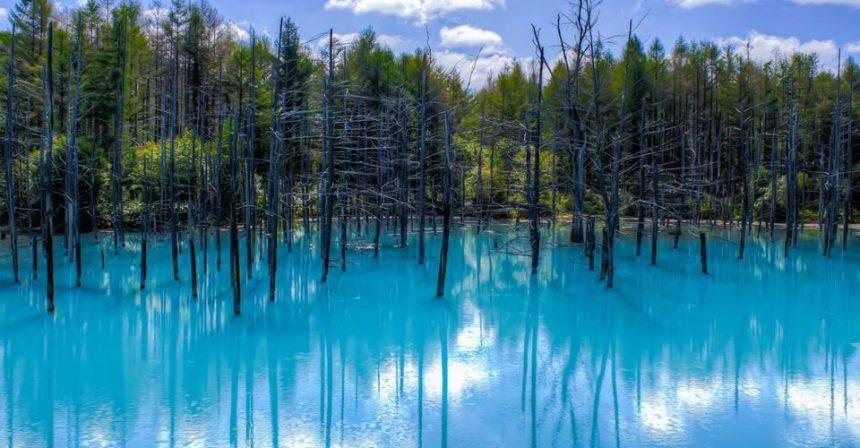 In Giappone, tour sul lago che cambia colore