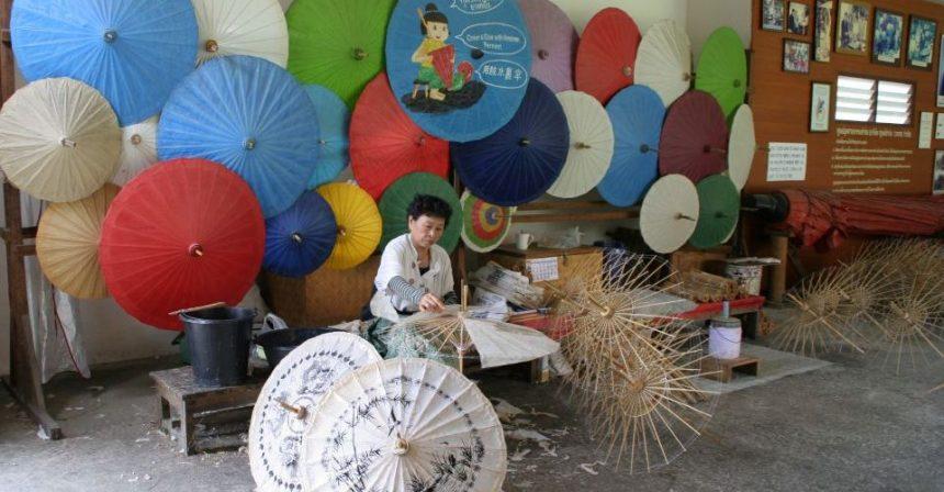 Thailandia: tra gli ombrellini di carta colorata vicino Chiang Mai