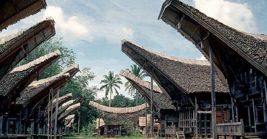Indonesia: a Sulawesi, le misteriose case-barca della tribù Toraja