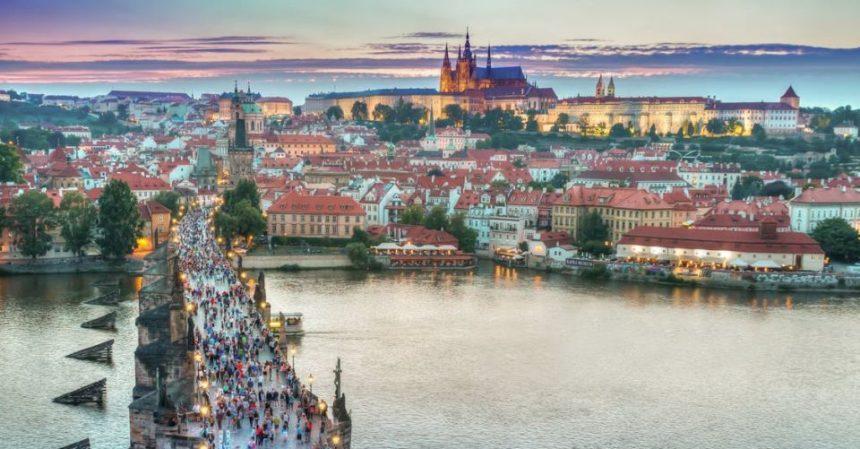 Praga, monumenti atmosfera e bellezza: breve guida per un viaggio speciale